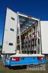902132 opbouw van gesloten laadbak met glasdragers binnen en buiten